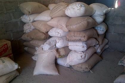 la ayuda en sacos de frijoles