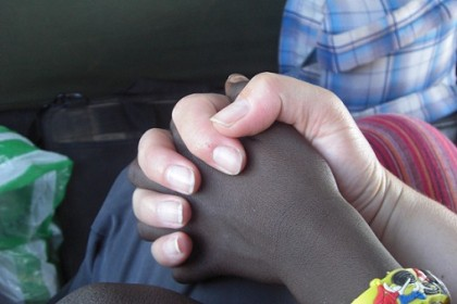 su mano y la mía